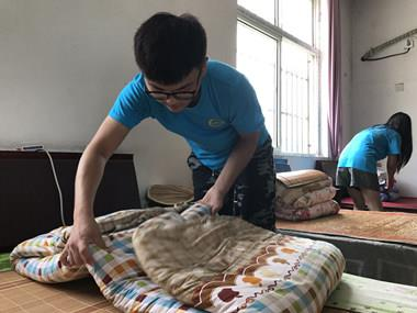 丰县正能量公益党员、交警、大学生志愿者一起看望慰问孤寡老人